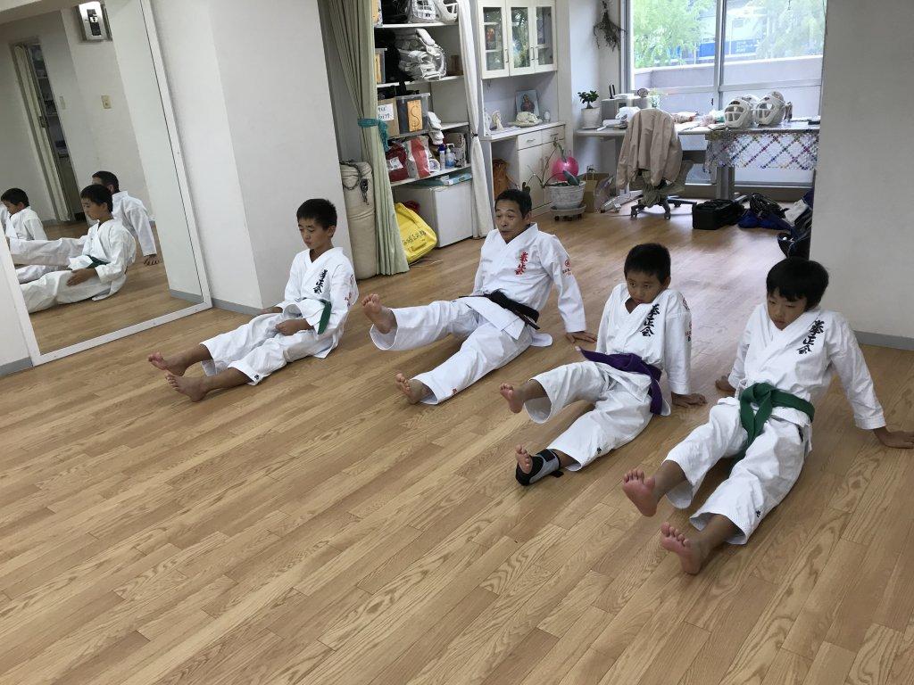床に座って蹴り練習